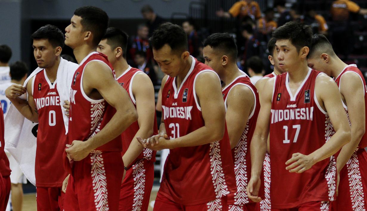 Para pebasket Indonesia saat melawan Thailand pada SEA Games 2019 di Mall Of Asia Arena, Manila, Filipina, Rabu (4/12). Indonesia kalah 76-98 dari Thailand. (Bola.com/M Iqbal Ichsan)