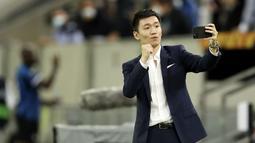 Presiden Inter Milan, Steven Zhang, melakukan swafoto usai tim nya mengalahkan Shakhtar Donetsk pada laga semifinal Liga Europa di Dusseldorf Arena, Selasa (18/8/2020). Inter Milan akan berjumpa Sevilla di final. (Lars Baron/Pool via AP)