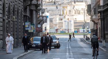 Paus Fransiskus berjalan menuju St. Marcello al Corso di Roma, Italia, Minggu (15/3/2020). Di tengah lockdown akibat virus corona COVID-19, Paus meninggalkan Vatikan dan mengunjungi Basilica of Santa Maria Maggiore serta St. Marcello al Corso untuk berdoa. (Vatican News via AP)