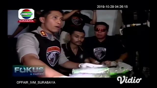 Tim Satreskoba Polres Lumajang Jawa Timur menggagalkan pengiriman narkoba jenis sabu-sabu oleh salah satu kurir jaringan Sokobana, Madura. Dari tangan tersangka, polisi menyita sabu-sabu seberat 5 kg yang terbungkus tas koper dan disembunyikan dalam ...