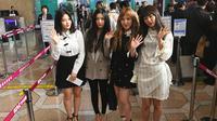 """Anggota girlband K-pop """"Red Velvet"""" berpose untuk difoto sebelum berangkat ke Pyongyang dari Bandara Internasional Gimpo di Seoul (31/1). Girlband Red Velvet bersama musisi Korea Selatan lain berangkat ke Pyongyang, Korea Utara. (Jung Yeon-je / AFP)"""