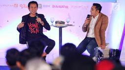 Creativepreneur  yang juga aktor Bayu Skak (kiri) menjadi pembicara dalam Emtek Goes To Campus (EGTC) 2018 di Universitas Muhammadiyah Malang (UMM), Rabu (26/9). Bayu menceritakan perjalanan hidupnya sebelum menjadi aktor sukses. (Liputan6.com/JohanTallo)