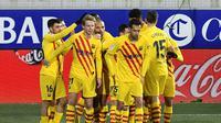 Barcelona rayakan gol Frenkie de Jong (Pau Barena/AFP)
