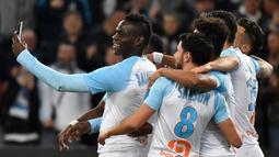 Penyerang Marseille, Mario Balotelli berselfie dengan rekannya usai mencetak gol ke gawang Saint-Etienne di Stadion Velodrome, Prancis 3 Maret 2019. Balotelli mengatakan bahwa ibunya menangis ketika dia bergabung dengan klub kota kelahirannya, Brescia. (AFP Photo/Gerard Julien)