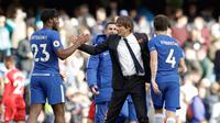 Pelatih Chelsea Antonio Conte mengucapkan selamat atas dua gol yang dicetak Michy Batshuayi saat pertandingan melawan Watford di stadion Stamford Bridge di London (21/10). Michy Batshuayi  berhasil menyumbang dua gol untuk Chelsea. (AP/Matt Dunham)