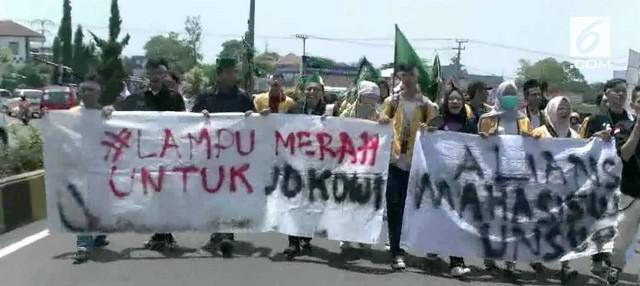 Menyikapi Dolar Yang Terus Naik Para Mahasiswa Di Cianjur Gelar Demo Memprotes Kinerja Presiden Jokowi