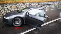 Audi R8 terbelah dua setelah mengalami kecelakaan di perbatasan Austria dan Italia. (Carscoops)