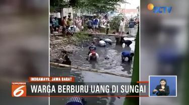 Seorang wanita yang diduga alami gangguan jiwa, buang uang senilai Rp 4 juta ke Sungai Tanjungsari, Indramayu.