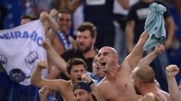 Fans FC Porto bersorak gembira saat timnya menang 3-0 melawan AS Roma pada leg 2 babak play off Liga Champions  di Olympic Stadium, Rome (24/8/2016) dini hari WIB. (AFP/Filippo Monteforte)