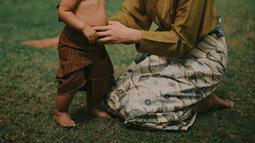Dalam balutan pakaian tradisional berwarna hijau, keangguan Tara Basro seakan mengingatkan kembali pada Bali tempo dulu. Dengan senyum manis serta tanpa riasan wajah, Tara Basro tetap terlihat cantik.(Liputan6/IG/tarabasro)