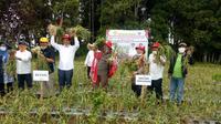 Menteri Pertanian (Mentan) Republik Indonesia, Syahrul Yasin Limpo, saat menghadiri panen bawang putih di Desa Parulohan, Kecamatan Lintongnihuta, Humbahas