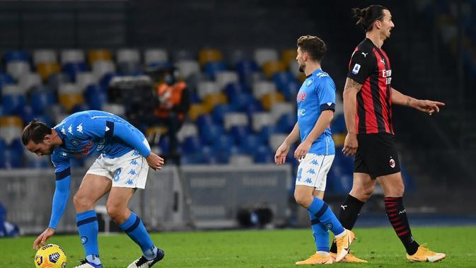 Pemain AC Milan Zlatan Ibrahimovic melewati pemain Napoli Dries Mertens usai Mertens mencetak gol ke gawang AC Milan pada pertandingan Serie A di Stadion San Paolo, Naples, Italia, Minggu (22/11/2020). Dua gol Ibrahimovic membawa AC Milan menaklukkan Napoli dengan skor 3-1. (ANDREAS SOLARO/AFP)