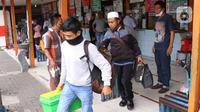 Calon pemudik membawa barang bawaan di Terminal Kalideres, Jakarta Barat, Kamis (30/7/2020). Libur Idul Adha dimanfaatkan banyak masyarakat untuk mudik ke kampung halaman. (Liputan6.com/Angga Yuniar)