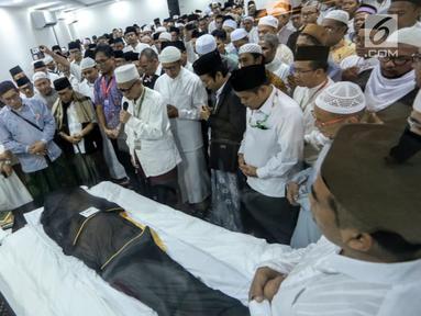Umat muslim mendoakan jenazah KH Maimun Zubair atau Mbah Moen saat akan disemayamkan di Kantor Urusan Haji Daker Syisyah, Makkah, Arab Saudi, Selasa (6/8/2019). Jenazah Mbah Moen disemayamkan usai dimandikan di Masjid Muhajirin Khalidiyah Makkah. (Liputan6.com/HO/Baharuddin/MCH)