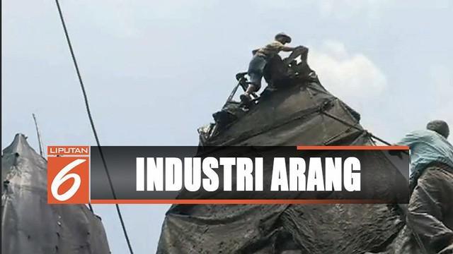 Petugas menertibkan industri arang yang mencemari lingkungan di Cilincing, Jakarta Utara.