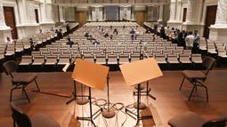 Orang-orang menghadiri konser langsung pertama oleh Singapore Symphony Orchestra sejak diterapkannya upaya pencegahan terhadap COVID-19 mulai 7 April 2020 lalu, di Victoria Concert Hall di Singapura pada 8 Oktober 2020. Konser langsung tersebut dihadiri oleh 50 orang. (Xinhua/Then Chih Wey)