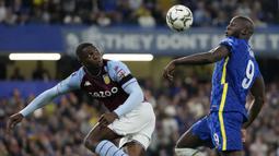 Chelsea mencoba bermain dominan sejak dimulainya pertandingan, namun pertahanan Aston Villa begitu solid dan disiplin. Hingga menit ke-20, belum ada peluang yang membahayakan gawang kedua kesebelasan. Skor kacamata bertahan hingga turun minum. (AP/Frank Augstein)