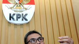 Johan menjelaskan kronologi OTT tersebut terjadi sekitar pukul 12.42 WIB siang di sebuah restoran di sekitar kawasan Serpong, Tangerang (1/12/2015). KPK menangkap dua anggota DPRD Banten dan satu pengusaha. (Liputan6.com/Helmi Afandi)