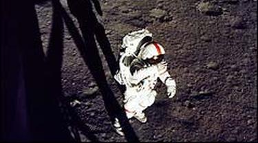 Alan Shepard meninggalkan bulan untuk pertama kalinya.