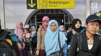 Sejumlah penumpang arus balik saat tiba di Stasiun Senen, Jakarta, Sabtu (1/7). Diperkirakan, puncak arus balik lebaran 2017 di Stasiun Senen akan mengalami puncaknya pada Sabtu (1/7) dan Minggu (2/7).  (Liputan6.com/Yoppy Renato)