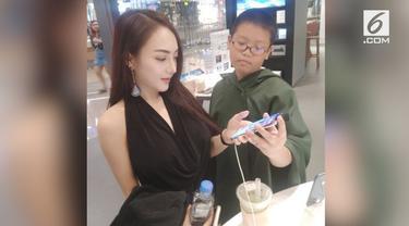 Seorang bocah berumur 10 tahun di Thailand ketahuan membelikan seorang model cantik sebuah iPhone X.