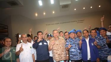 Ketum Partai Demokrat Susilo Bambang Yudhoyono (SBY) foto bersama dengan 28 anggota DPRD DKI Jakarta untuk pemenangan pasangan Cagub-Cawagub DKI Agus Harimurti Yudhoyono-Sylviana Murni di Jakarta Pusat, Sabtu (4/2). (Liputan6.com/Immanuel Antonius)