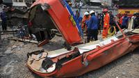 Kecelakaan hebat terjadi antara sebuah Metro Mini dengan kereta Commuter Line di perlintasan Angke, Tambora, Jakarta, Minggu (6/12/2015). Bus hancur dan terseret hingga 200 meter. Sebanyak 13 orang dilaporkan tewas. (Liputan6.com/Gempur M Surya)