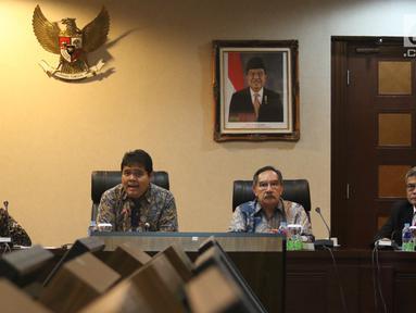 Staf Khusus Presiden Johan Budi (kanan), Mantan Ketua KPK Antasari Azhar (kedua kanan) dan Deputi II KSP Yanuar Nugroho (kedua kiri) saat diskusi Pelayanan Rakyat Bebas Korupsi di Kantor Staf Presiden, Jakarta, Rabu (9/1). (Liputan6.com/Angga Yuniar)