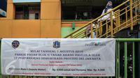 Spanduk pemberitahuan terpasang di PD Pasar Jaya Tanah Abang, Jakarta, Senin (1/8). Pemprov DKI melalui Badan Layanan Umum Daerah (BLUD) Perparkiran mengambil alih pengelolaan parkir 15 pasar PD Pasar Jaya. (Liputan6.com/Yoppy Renato)