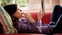 Kesenangan yang didapatkan saat membaca buku sama dengan saat memikirkan hal-hal berbau seksual.(Foto: bookriot.com)