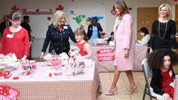 Melania Trump mengunjungi rumah sakit National Institutes of Health di Maryland, Kamis (14/2). Melania Trump menghabiskan momen Hari Valentine dengan membuat karya seni dan kerajinan bersama anak-anak yang di rawat di rumah sakit. (AP/Susan Walsh)