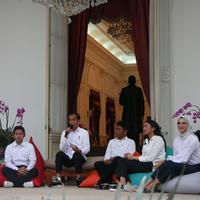 Presiden Joko Widodo mengenalkan staf khusus di Istana Merdeka, Jakarta, Kamis (21/11/2019). Staf khusus baru dari kalangan milenial yakni CEO Amartha Andi Taufan Garuda Putra, Perumus Gerakan Sabang Merauke Ayu Kartika Dewi. (Liputan6.com/Angga Yuniar)