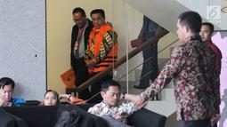 Mantan Sekretaris Dinas Pendidikan Kabupaten Klaten Sudirno (tengah) usai menjalani pemeriksaan penyidik di Gedung KPK, Jakarta, Jumat (28/6/2019). Sudirno diperiksa KPK sebagai tersangka terkait kasus dugaan jual beli jabatan di lingkungan Pemkab Klaten pada tahun 2016. (merdeka.com/Dwi Narwoko)