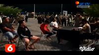 Aparat gabungan TNI-Polri dan Satuan Polisi Pamong Praja (Satpol PP) melakukan razia pendisiplinan penggunaan masker di wilayah Pantai Boom dan sekitarnya, Kegiatan ini dilakukan sebagai upaya membawa Banyuwangi dari zona merah kembali menuju ke zona...