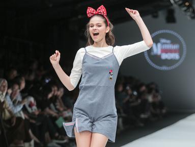Model mengenakan baju koleksi Matahari Department Store pada Jakarta Fashion Week 2018 di Senayan City, Selasa (24/10). Mengangkat tema Rocks & Fun, koleksi tersebut menandai lima tahun keikutsertaan Matahari dalam ajang JFW. (Liputan6.com/Faizal Fanani)