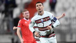 Cristiano Ronaldo. Tak dipungkiri, striker berusia 36 tahun ini tetap menjadi motor dan mentor dalam skuat Portugal. Kebintangannya tetap menjadi jaminan untuk mempertahankan gelar, meskipun bersama Juventus musim ini prestasinya terbilang menurun. (AFP/John Thys)