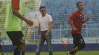 CEO Arema FC, Iwan Budianto sedang memantau latihan (Liputan6.com/Rana Adwa)