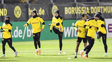 Pemain Borussia Dortmund saat sesi latihan jelang laga Liga Champions, Selasa (24/11/2020). Dortmund akan berhadapan dengan Club Brugge. (AP/Martin Meissner)