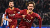 Gelandang AS Roma, Nicolo Zaniolo, merayakan gol yang dicetak ke gawang FC Porto pada leg pertama 16 Besar Liga Champions di Olimpico, Rabu (13/2/2019) dini hari WIB. (Andreas SOLARO / AFP)
