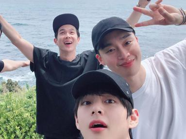 Pemilik nama asli Kim Tae Hyung ini mengunggah momen liburannya dengan ketiga sahabatnya pada Kamis (29/8) melalui Twitter resmi BTS. (Liputan6.com/Twitter/@BTS_twt)