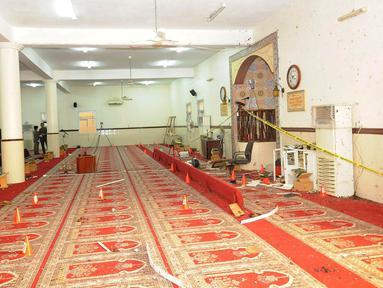 Kondisi bagian dalam masjid setelah terjadinya bom bunuh diri di Abha, Kamis (6/8/2015). Sedikitnya peristiwa ini menewaskan 15 orang. (REUTERS/Saudi Press Agency/Handout)