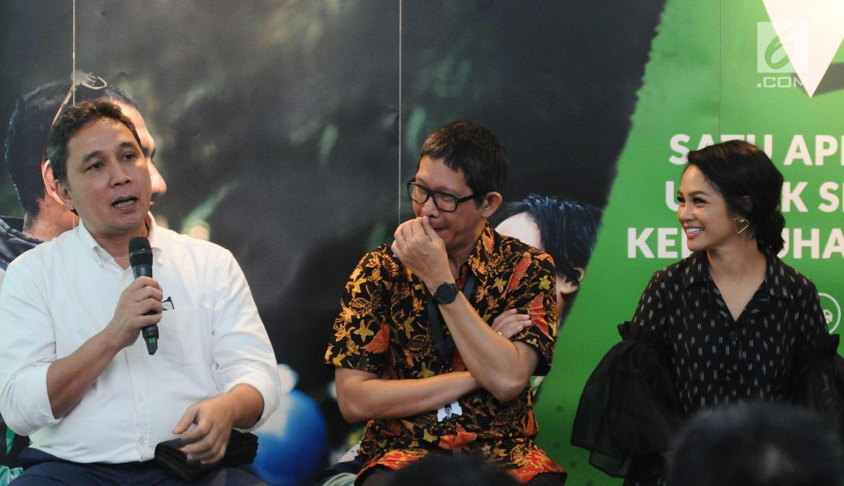 Dirjen Kebudayaan Kemendikbud RI, Hilmar Farid (kiri) memberi keterangan saat peluncuran video musik Indonesia Raya 3 Stanza di Jakarta, Senin (30/10). Beragam elemen masyarakat dilibatkan dalam pembuatan video tersebut. (Liputan6.com/Helmi Fithriansyah)