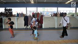 Pengunjung melintasi sejumlah kios pedagang di Skybridge atau jembatan multiguna Tanah Abang, Jakarta, Selasa (11/12). Sejumlah kios masih terlihat tutup. (Merdeka.com/Iqbal Nugroho)
