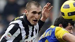Bek Juventus Giorgio Chiellini (kiri) berebut bola dengan salah satu pemain Parma dalam partai lanjutan Serie A di Turin, 6 Januari 2011. AFP PHOTO/Filippo MONTEFORTE