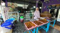 Pemerintah daerah meniadakan Pasar Ramadan yang memaksa pedagang takjil berjualan di depan rumah.