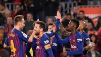 Penyerang Barcelona, Ousmane Dembele (kedua kanan) bersama rekan setimnya merayakan gol ke gawang Levante pada leg kedua babak 16 besar Copa del Rey di Stadion Camp Nou, Kamis (17/1). Barcelona lolos ke perempat final usai menang 3-0. (Josep LAGO / AFP)