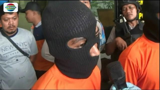 Seorang pria di Bekasi tega membunuh istrinya sendiri. Pelaku nekat berlaku sadis lantaran curiga sang istri memiliki pria idaman lain