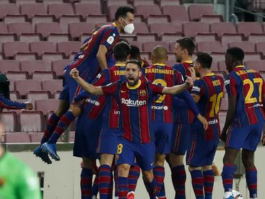 Para pemain Barcelona merayakan gol kedua ke gawang Sevilla yang dicetak bek Gerard Pique dalam laga leg kedua semifinal Copa Del Rey 2020/21 di Camp Nou Stadium, Rabu (3/3/2021). Barcelona menang 3-0 melalui extra time dan lolos ke babak final. (AP/Joan Monfort)