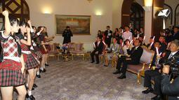 PM Thailand, Prayut Chan-O-Cha menyaksikan penampilan grup musik Jepang, AKB48, di Gedung Pemerintahan, Kamis (13/8). Kunjungan ini adalah promosi AKB48 untuk mempersiapkan konser di Bangkok pada Desember mendatang. (Government Spokesman Office via AP)