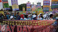 Peringatan May Day atau Hari Buruh diwarnai unjuk rasa di depan gedung DPR, Jakarta, Minggu (1/5). Beragam poster dengan aneka tuntutan menghiasi aksi May Day 2016. (Liputan6.com/Helmi Afandi)